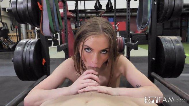 Тренер натянул на член дырочку стройной красотки и кончил ей в рот #1