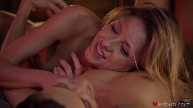 Подружки лесбиянки ласкают друг друга в позе 69 и стонут от блаженства #10