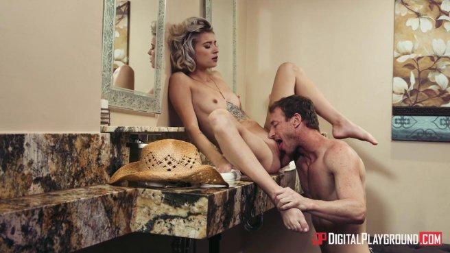 Блондинка получила сперму в рот после жаркого секса с ковбоем в туалете #3