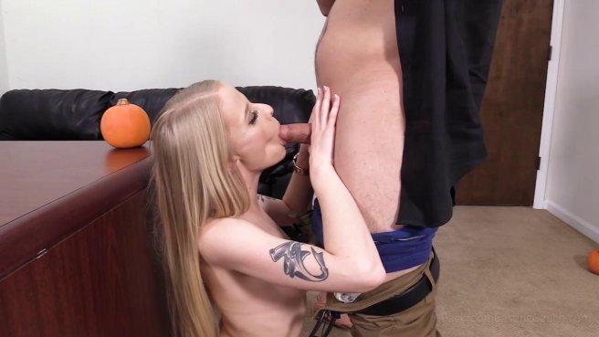 Блондинка получила член в попку на порно кастинге и кончила от анального траха #4