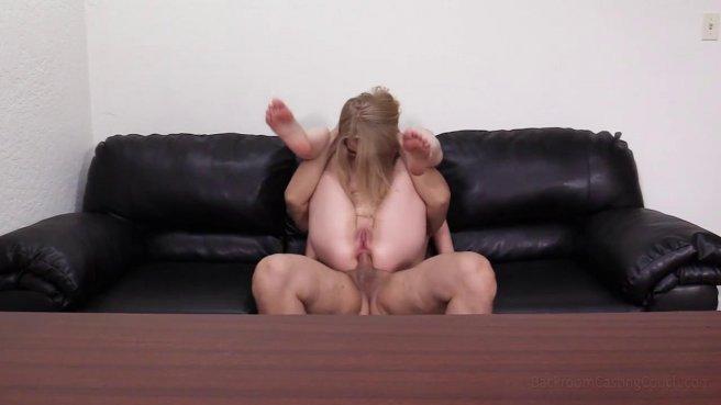 Блондинка получила член в попку на порно кастинге и кончила от анального траха #8
