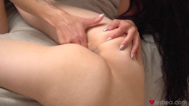 Жаркие лесбийские игры двух сексуальных красоток на большой кровати #8