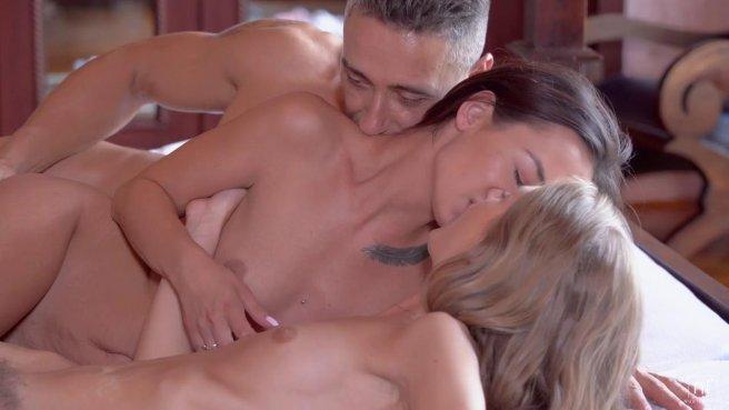 Лесбиянки умело отсасывают член мужика и устраивают жаркий секс втроем #10