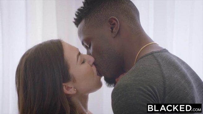 Черный любовник засадил огромный кол в теплый ротик белой девушки #1