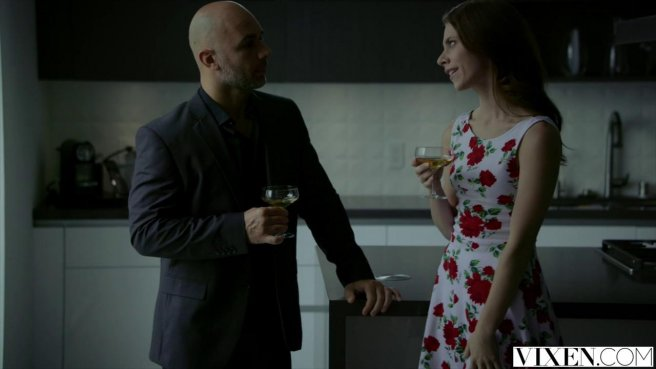Седой мужик в деловом костюме ночью раком ебет домохозяйку в платье в цветочки #2