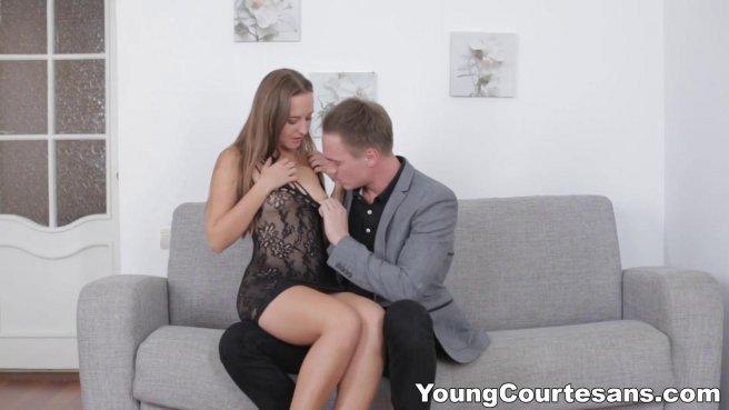 Красавчик срывает облегающее платье с подруги и долго ее трахает на сером диване #3