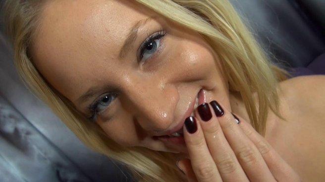 Блондинка красиво облизывает сочный член любовника и хочет увидеть его эякуляцию #10