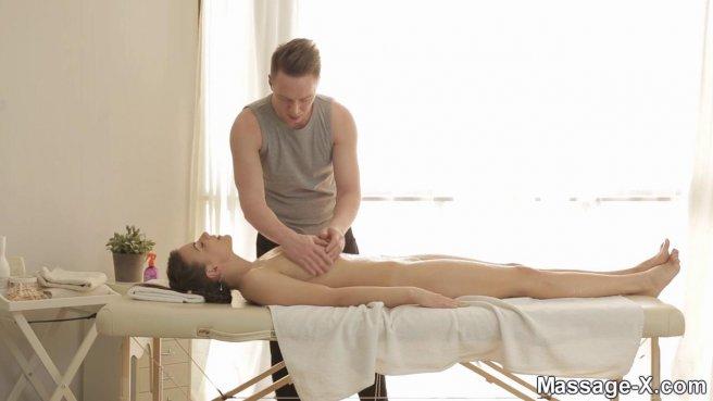 Мастер по массажу охотно ебется с разгоряченной клиенткой #2