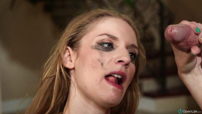 Девушка старательно берет в бездонное горло бритый пенис агента #10
