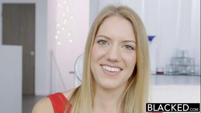 Блондинка в красном платье падает на колени и начинает сосать черный пенис директора у себя дома #1