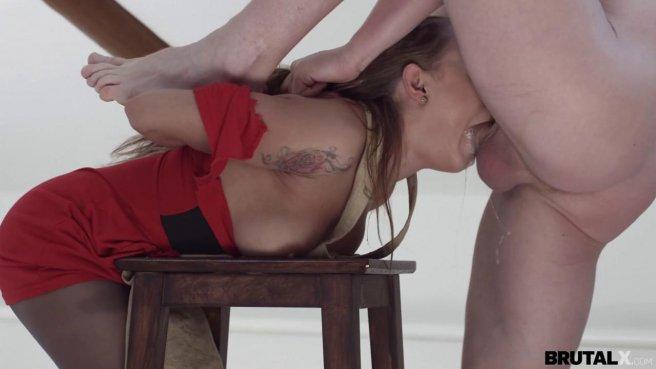 Натурщик показал художнице вставший член и жестко выебал ее в горло и пизду на стуле #4