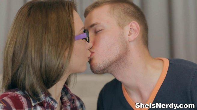 Красавчик осыпал стройное тело студентки поцелуями и нежно выебал #3