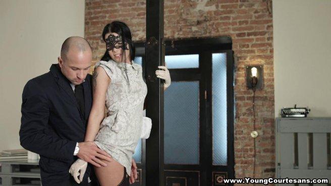 Девка в кружевной маске на глазах начинает жестко сосать женатому другу пенис #1