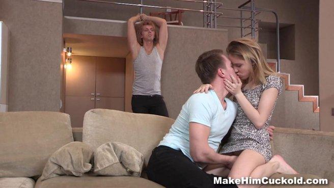 Парень вылизывает подружке влагалище на глазах у ее связанного мужа #3