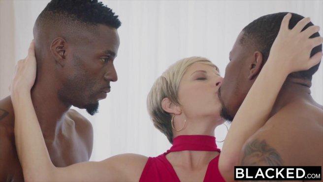 Милфа в красном платье давится и отсасывает горлом черный хер #1