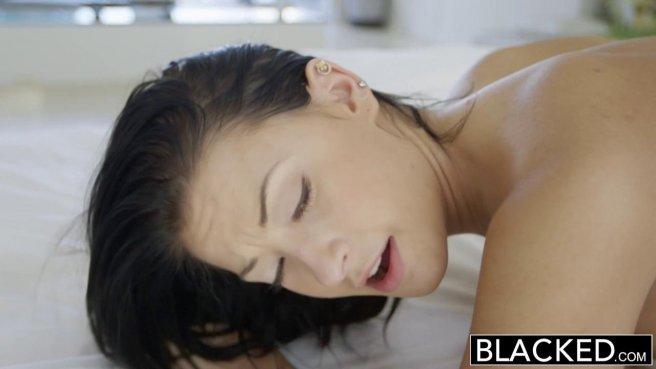 Черный полизал бритую белую вагину и медленно вошел в нее палкой #8