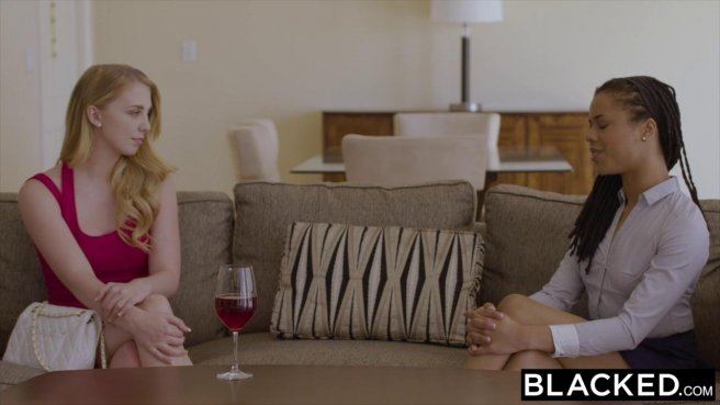 Жена разрешает белой подруге пососать черный хрен ее мускулистого мужа #1