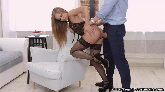 Парень в обед приехал с работы к любовнице в черных туфлях и оттрахал ее в кресле в очко #6