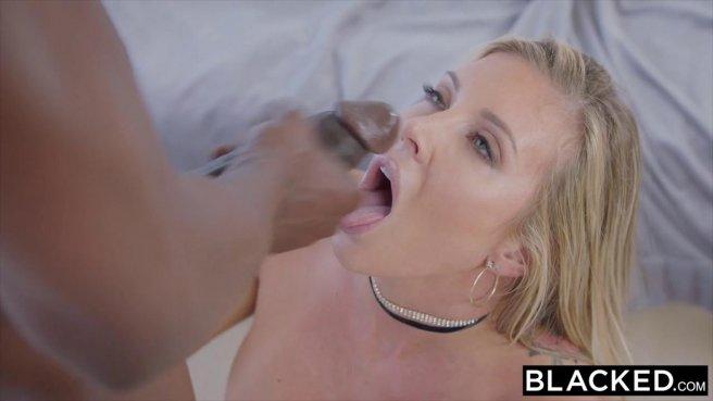 Черный баскетболист впился ртом в белое влагалище жены и размял языком перед сексом #10