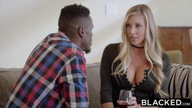 Черный баскетболист впился ртом в белое влагалище жены и размял языком перед сексом #2