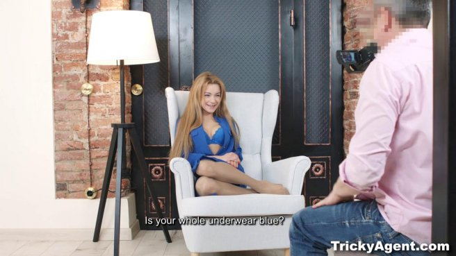Седой режиссер снимает голую актрису и долго ебет на кресле #2