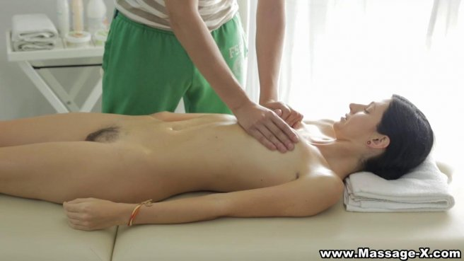 Пацанчик размял руками голое тело клиентки на массаже и нежно потрахал #3