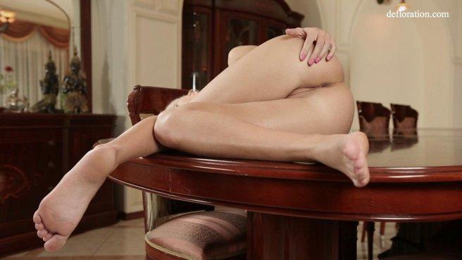 Красавица стоит раком на столе и задирает голубую ночнушку, чтобы было удобно ласкать клиторок #10
